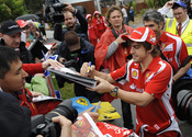 Fernando Alonso firma autógrafos en Australia