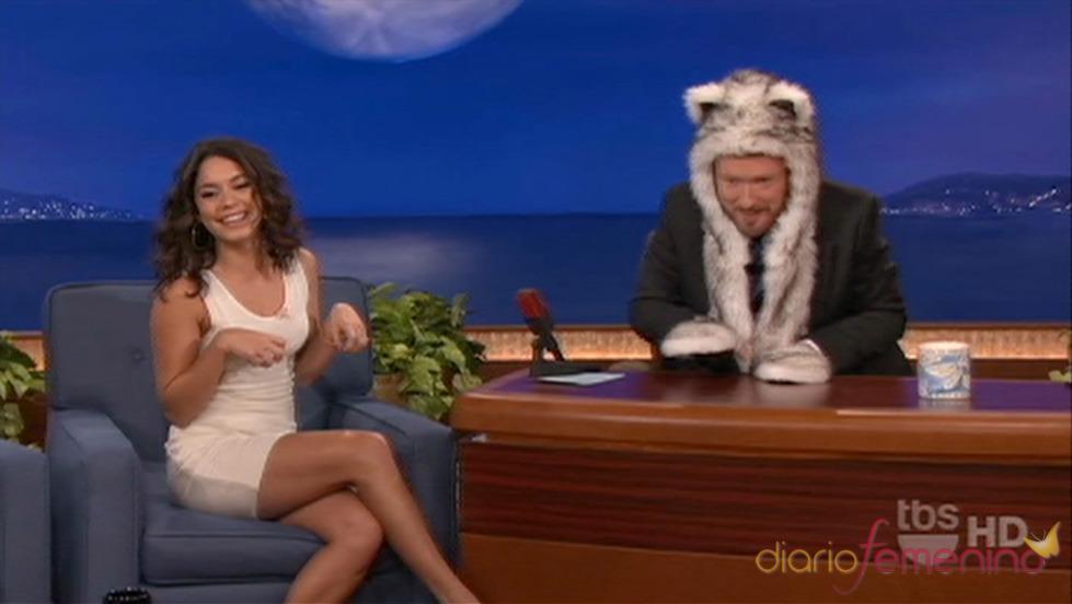 Vanessa Hudgens regala un gorro con orejas peludo a Conan O'Brian