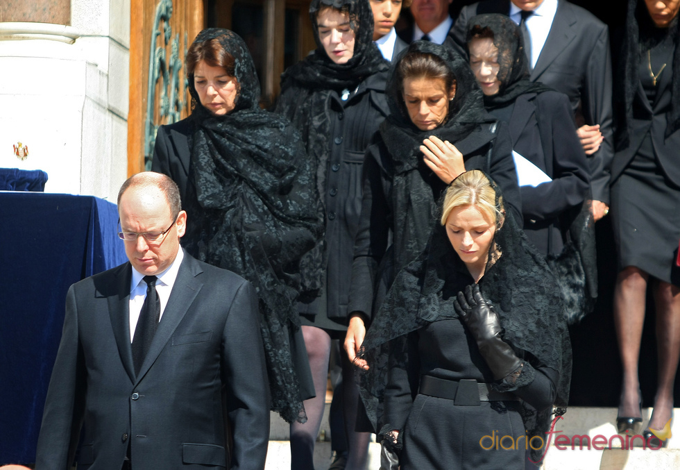 Alberto, Carolina y Estefanía de Mónaco y Charlene Wittstock en el funeral de la Princesa Antoinette