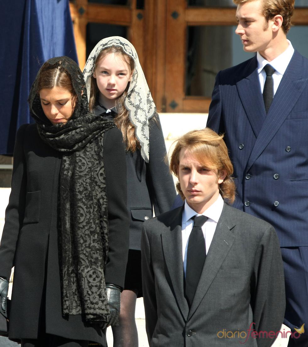 Andrea, Carlota y Pierre Casiraghi y Alexandra de Hannover en el funeral de Antoinette de Mónaco