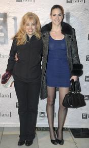Emma Ozores y Julia Limonche en el estreno de 'Más allá del puente'