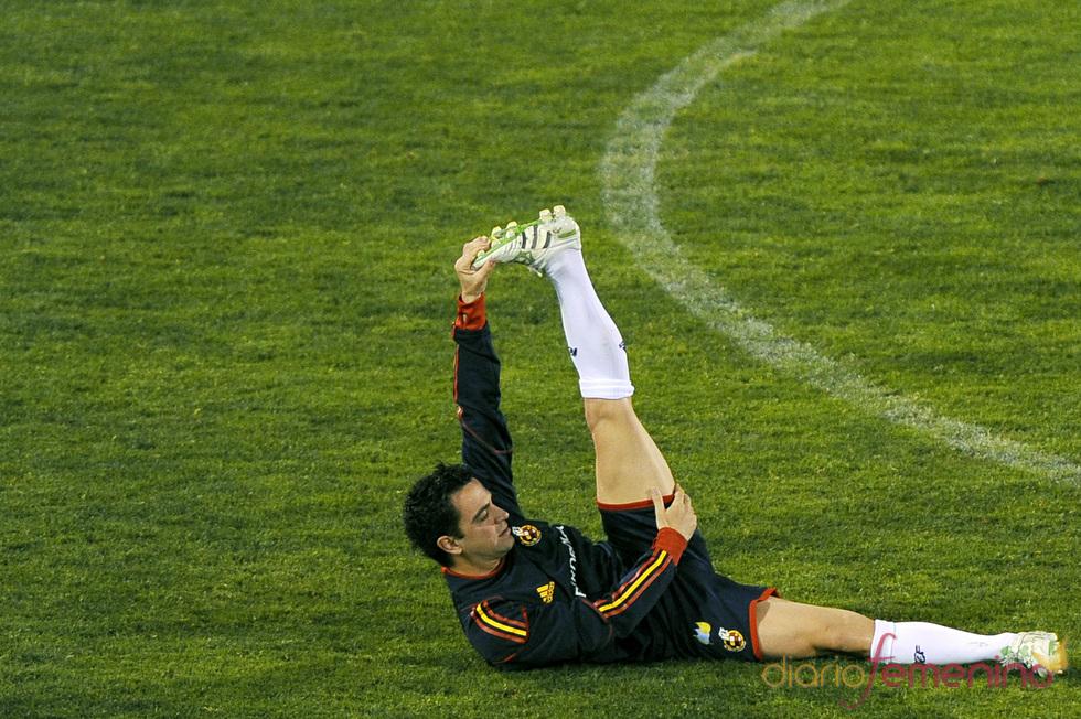 Xavi Hernández calienta antes del partido contra la República Checa