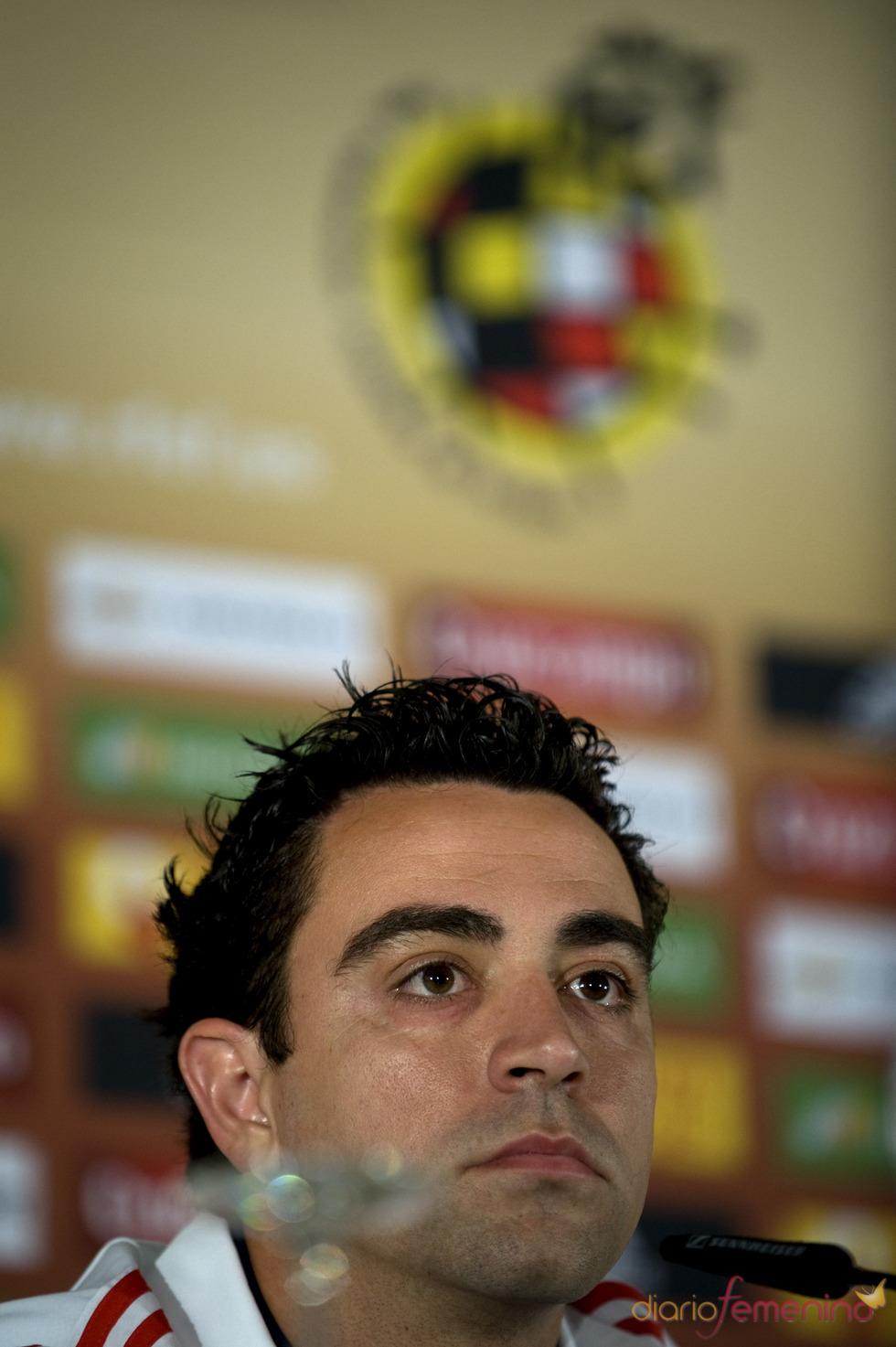 Xavi Hernández atiende a la prensa en Granada