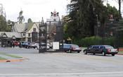 Los coches de los familiares de Elizabeth Taylor llegan a las puertas del cementerio