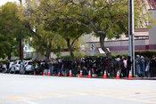 Los fotógrafos esperan la llegada de Liz Taylor a las puertas de Forest Lawn