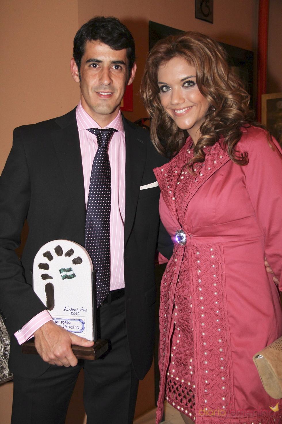 Beatriz Trapote acompaña a Victor Janeiro a recoger un premio