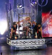 Britney Spears se sienta en su trono