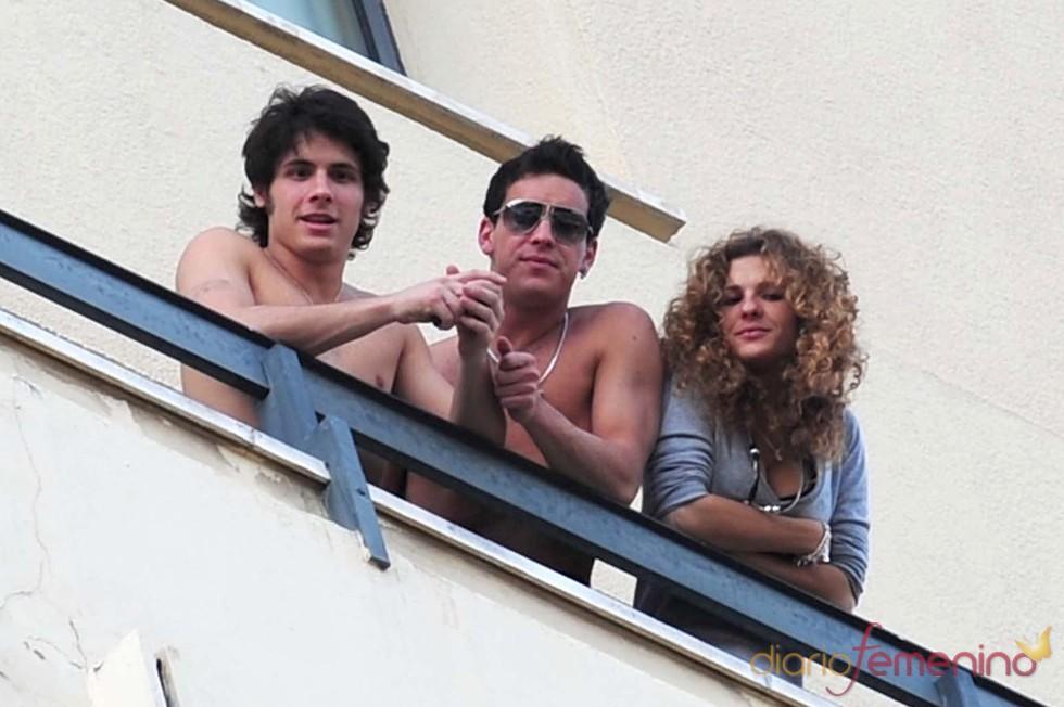 Mario Casas y su hermana Sheila asomados al balcón en el Festival de Málaga