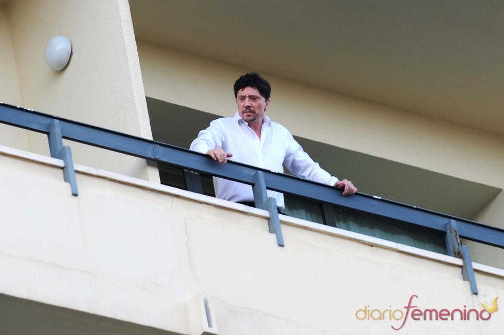 Carlos Bardem se asoma al balcón de su hotel a su llegada al Festival de Málaga