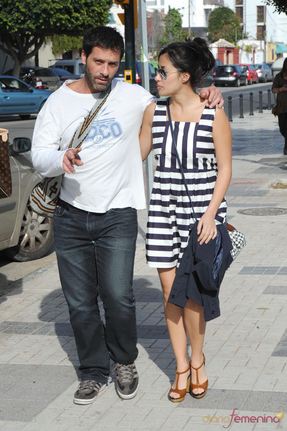 Juan Pablo Shuk y Giselle Calderón pasean juntos por las calles de Málaga
