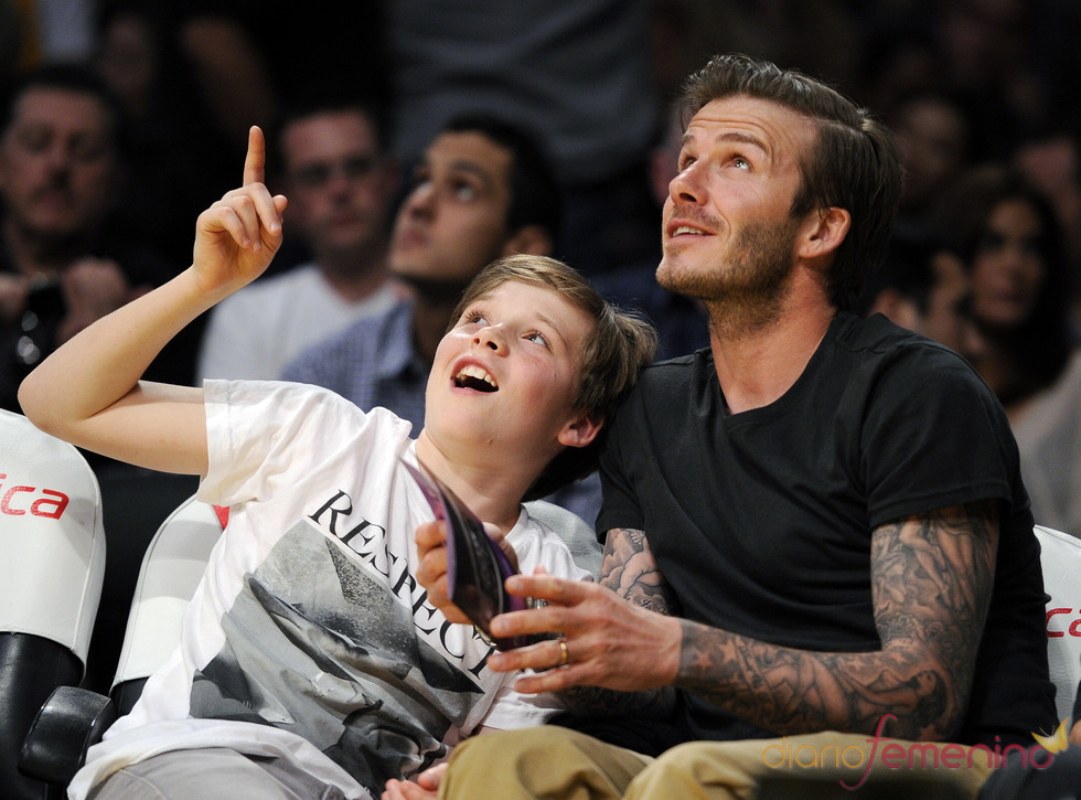 David Beckham y su hijo Brooklyn en un partido de Los Angeles Lakers