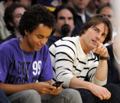 Tom Cruise y su hijo Connor en un partido de Los Angeles Lakers
