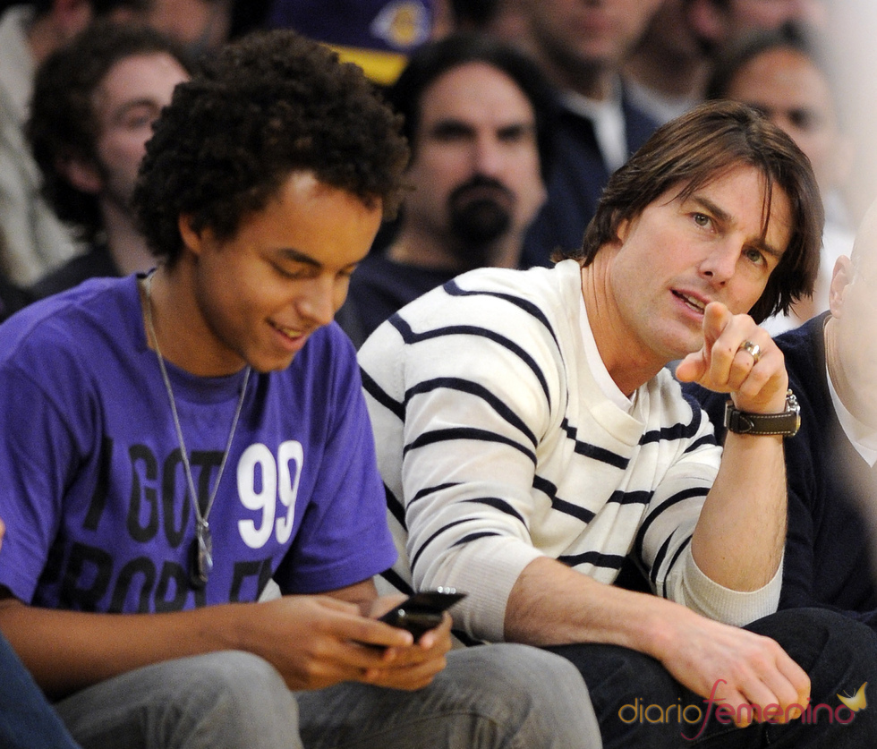 Tom Cruise y su hijo Connor en un partido de Los Angeles Lakers