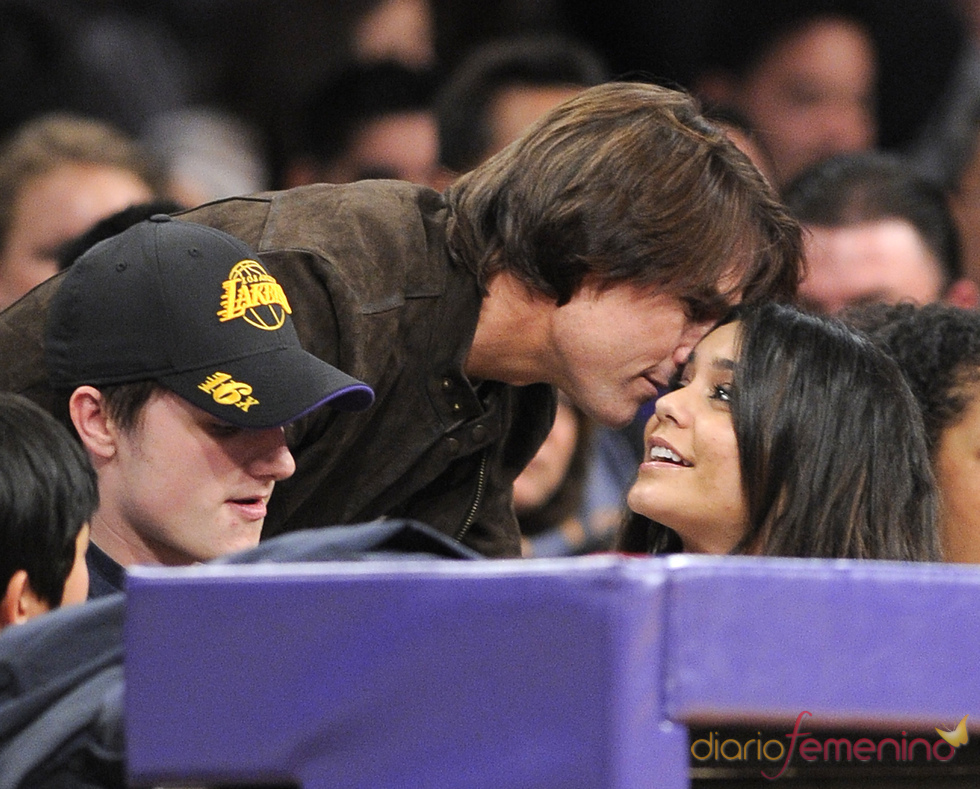 Tom Cruise saluda a Vanessa Hudgens en un partido de Los Angeles Lakers