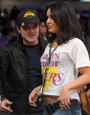 Vanessa Hudgens y Josh Hutcherson en un partido de Los Angeles Lakers