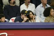 Los actores Vanessa Hudgens y Josh Hutcherson juntos viendo a Los Angeles Lakers