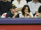 Vanessa Hudgens y Josh Hutcherson comiendo pizza durante un partido de Los Angeles Lakers