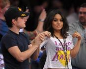 Los actores Vanessa Hudgens y Josh Hutcherson bailando en un partido de Los Angeles Lakers