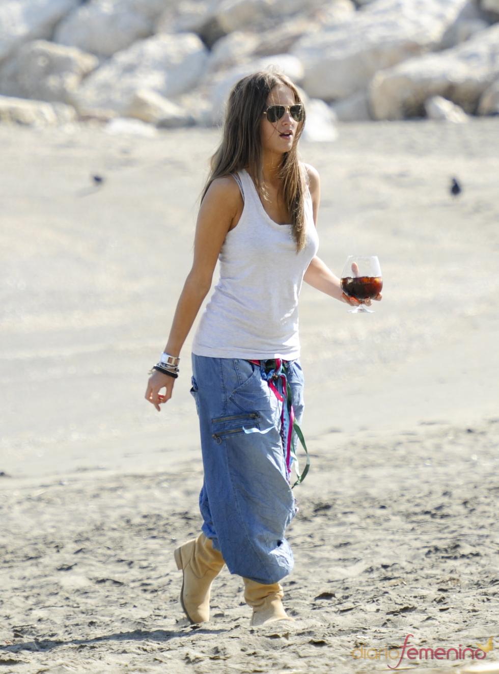 Ana Fernández pasea por la playa de Málaga