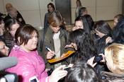 Carlos Baute firma autógrafos a su llegada a Madrid