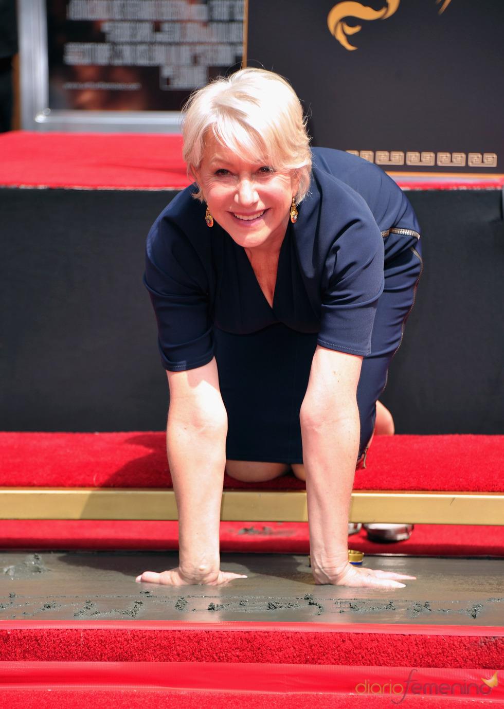 Helen Mirren deja sus huellas en el Teatro Chino de Los Angeles