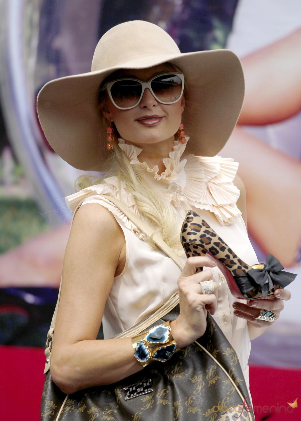 Paris Hilton promociona zapatos en México