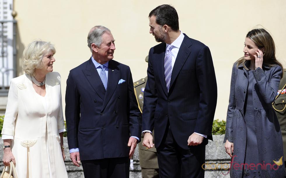 Los Príncipes de Asturias charlan con Carlos de Inglaterra y Camilla