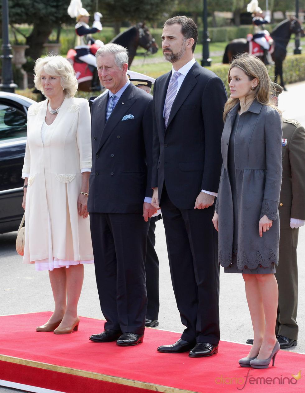 Los Príncipes de Asturias con Carlos de Inglaterra y Camilla Parker Bowles