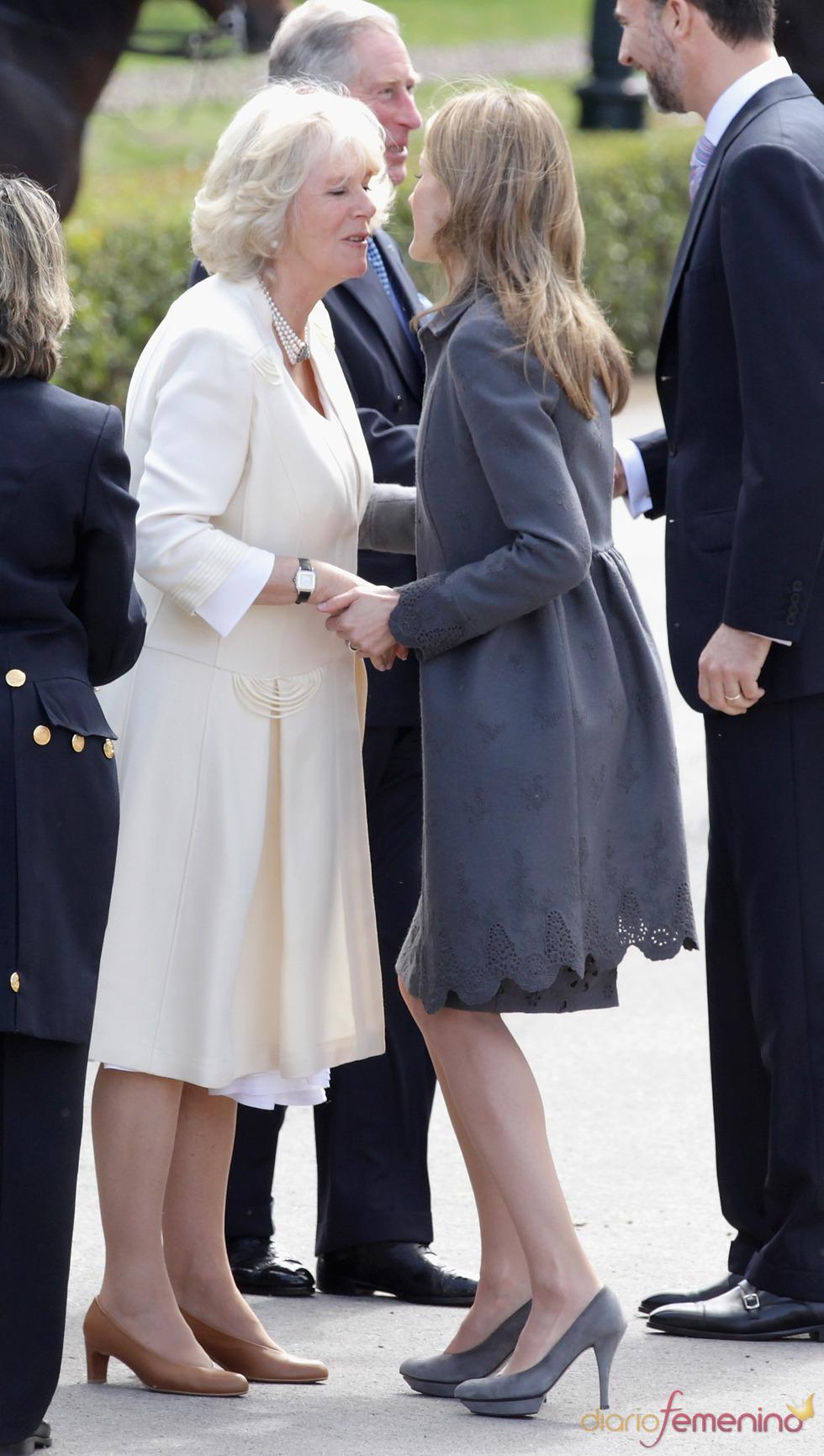 La Princesa Letizia saluda a Camilla Parker Bowles