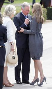 Carlos de Inglaterra saluda a la Princesa Letizia