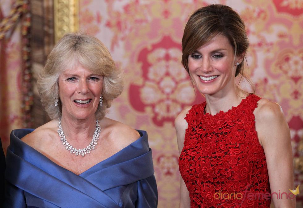 La Princesa Letizia y Camilla Parker Bowles, muy sonrientes en la cena de gala