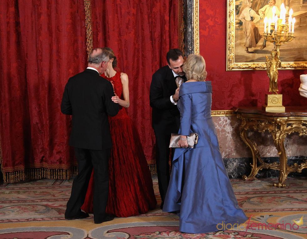Los Príncipes de Asturias saludan a Carlos de Inglaterra y Camilla