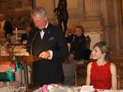 Carlos de Inglaterra ofrece un discurso bajo la atenta mirada de la Princesa Letizia