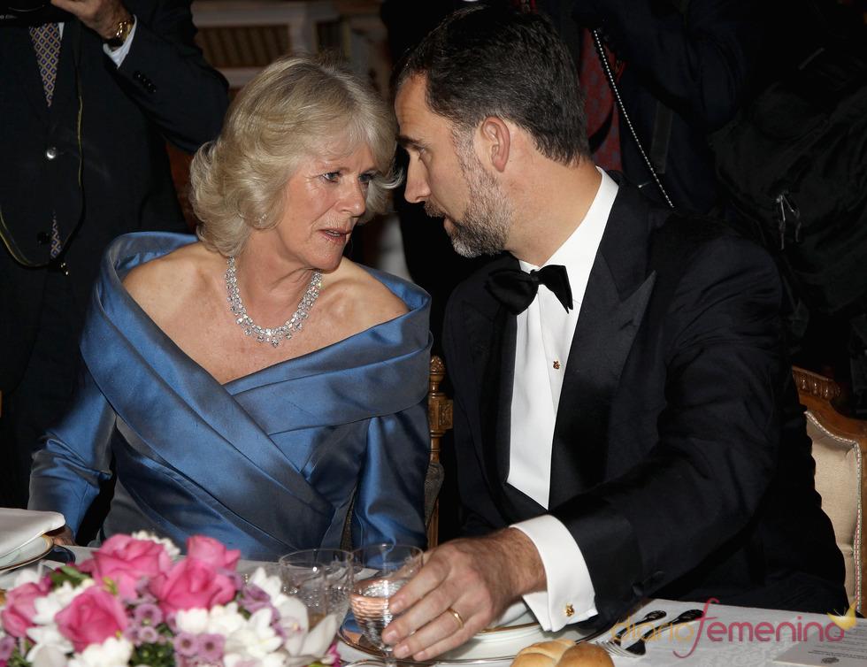 El Príncipe Felipe charla con Camilla Parker Bowles en la cena de gala