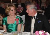 Carlos de Inglaterra charla con Esperanza Aguirre en la cena de gala