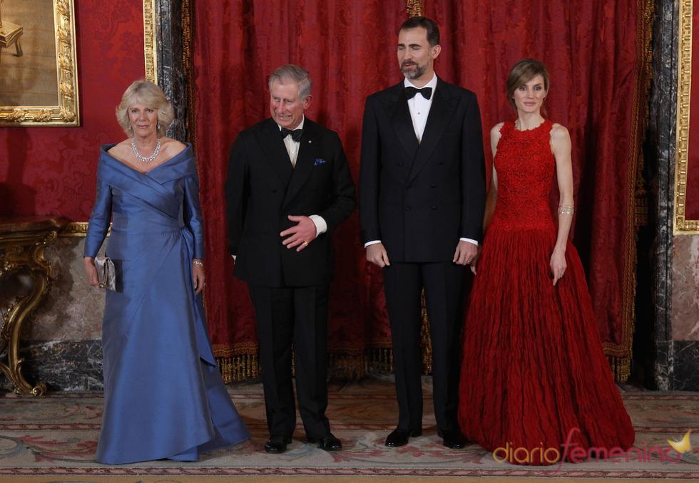 Felipe y Letizia con Carlos y Camilla Parker Bowles en el Palacio Real