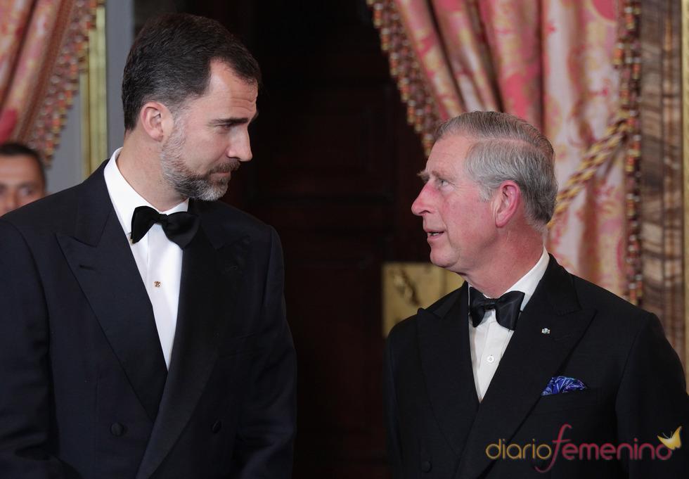 El Príncipe Felipe charla con Carlos de Inglaterra