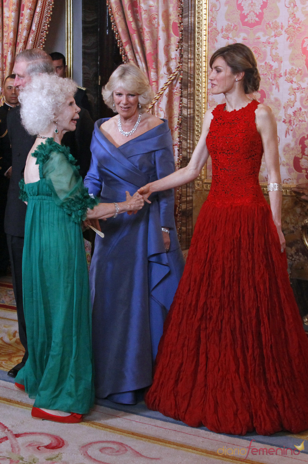 La Duquesa de Alba saluda a la Princesa Letizia y Camilla Parker Bowles
