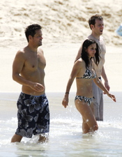 Courteney Cox y Josh Hopkins se divierten en la playa juntos