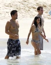 Courteney Cox y Josh Hopkins se divierten en la playa juntos