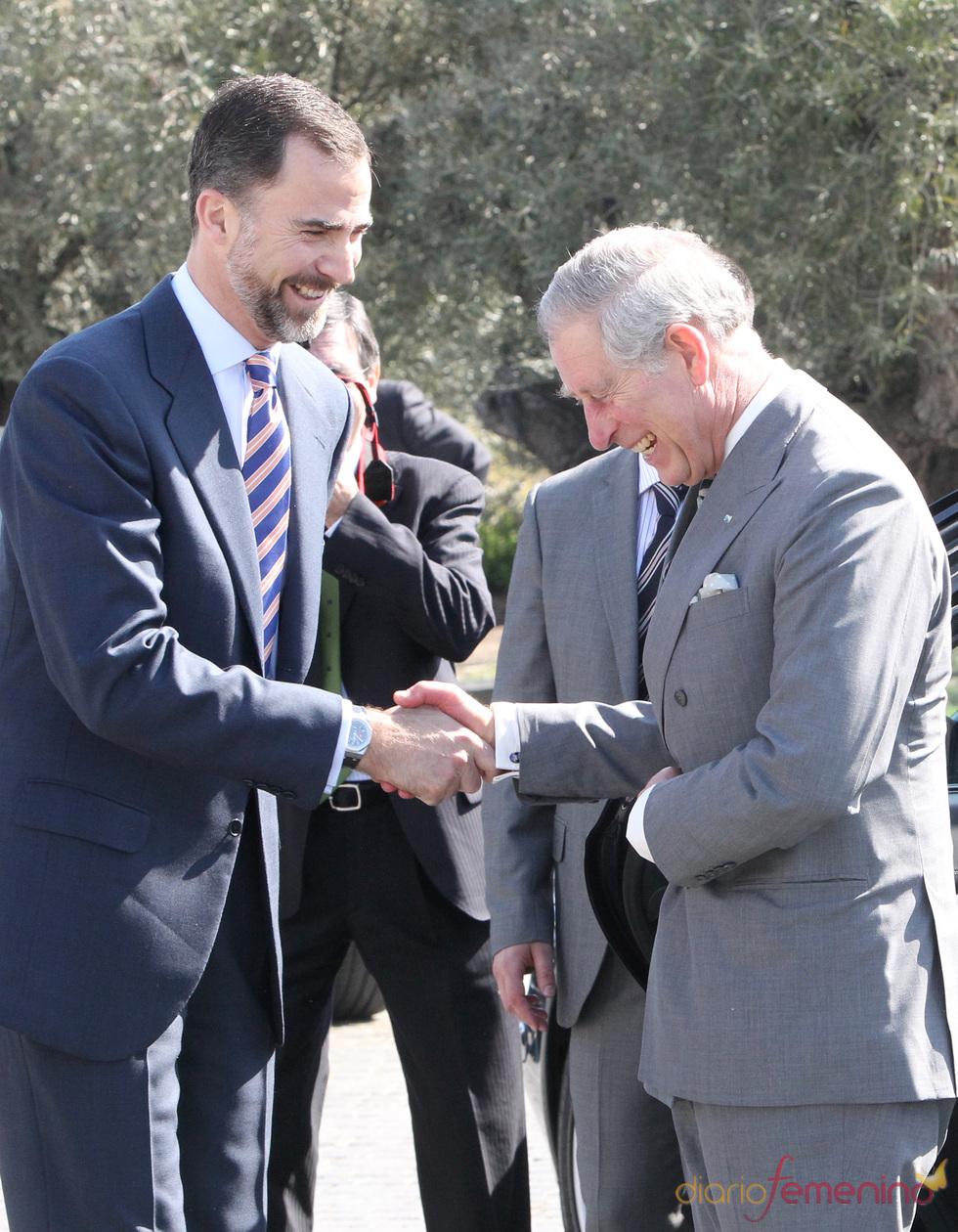 El Príncipe de Asturias y el Príncipe de Gales bromean en Repsol