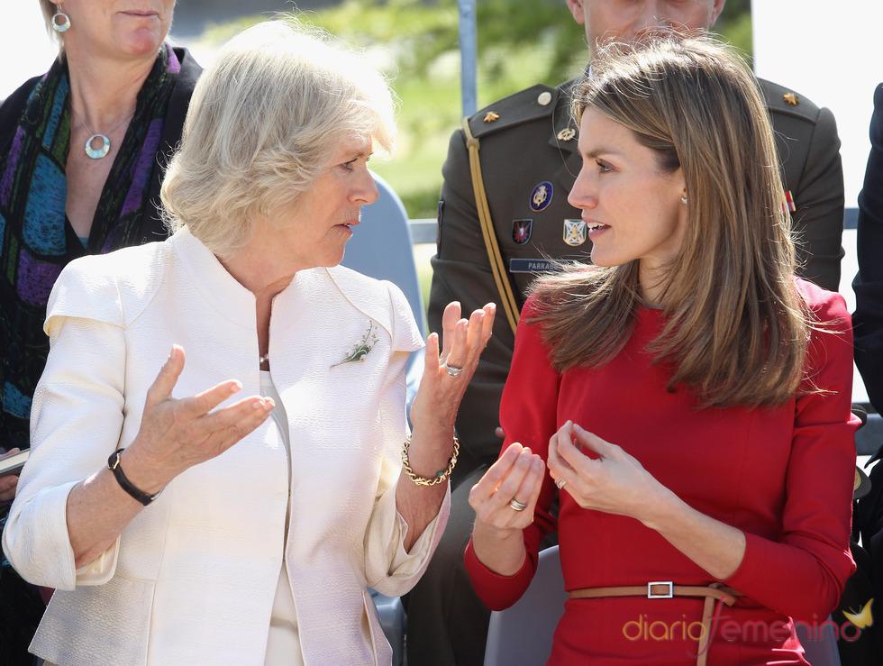 La Duquesa de Cornualles y la Princesa Letizia charlando en la Fundación ONCE