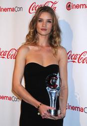Rosie Huntington-Whiteley posa feliz con su premio en el Festival CinemaCon