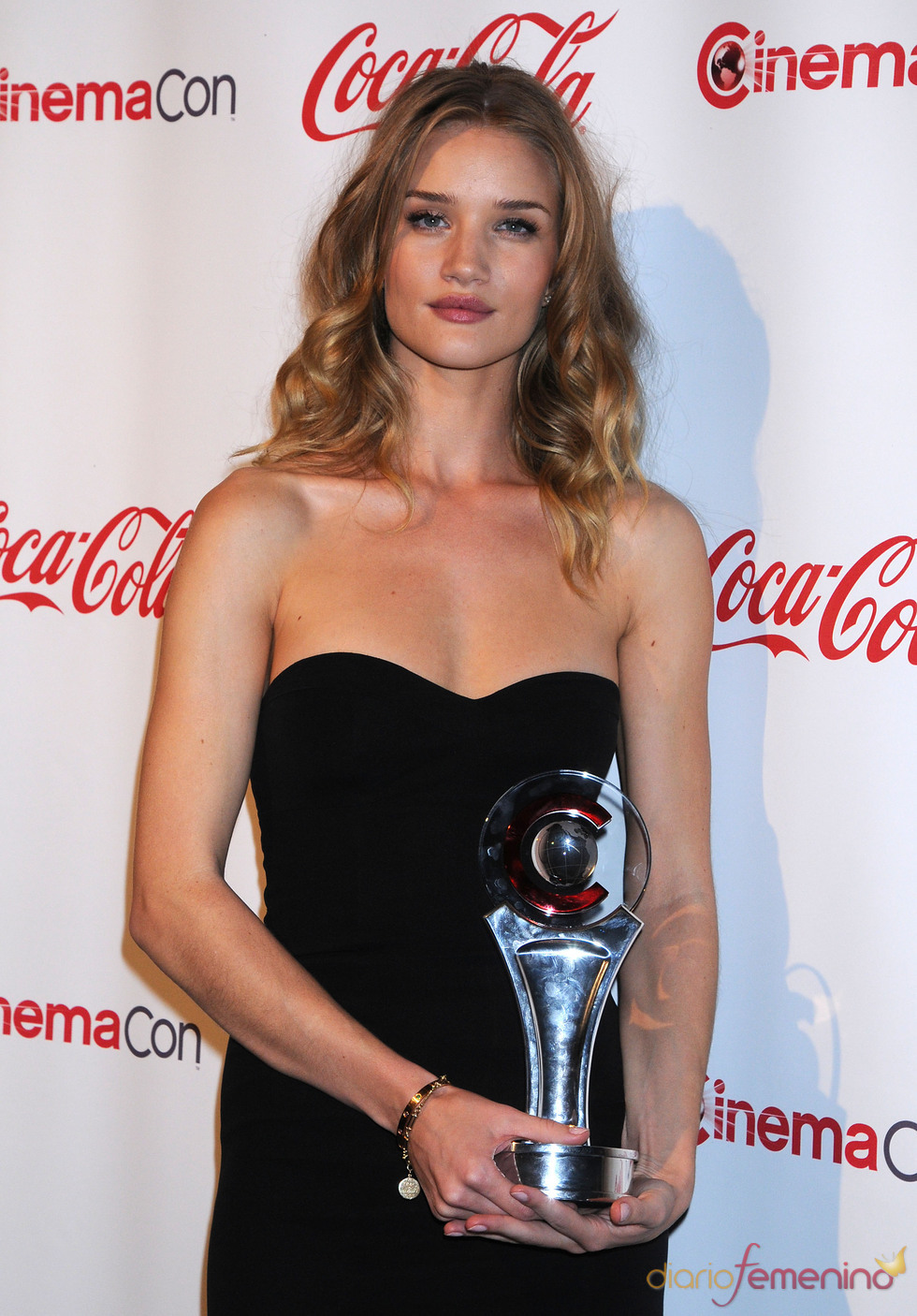 Rosie Huntington-Whiteley posa feliz con su premio en el Festival CinemaCon