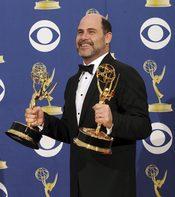 Matthew Weiner con uno de sus Emmy