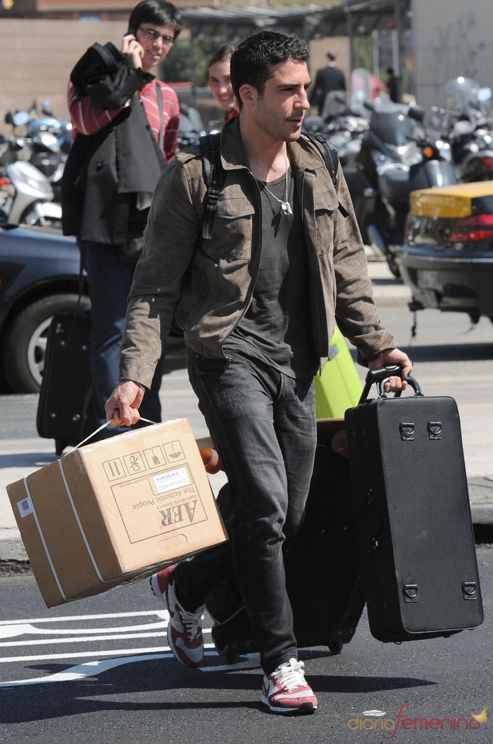 Miguel Ángel Silvestre cargado de maletas