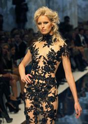 Karolina Kurkova en la Semana de la Moda de Kiev