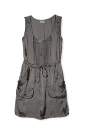 Vestido gris sin mangas de Yerse para su nueva colección