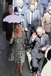 El príncipe Carlos y Camilla Parker pasean por las calles de Sevilla