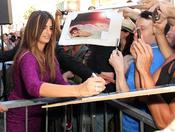 Penélope Cruz firmando autógrafos a sus fans